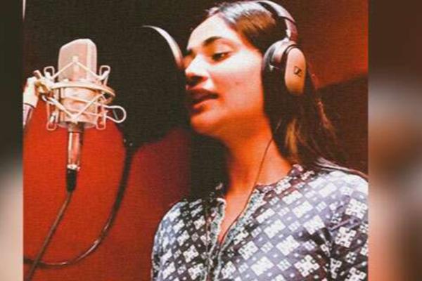 Losliya Singing